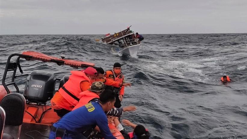Dihantam Ombak, Kapal Angkut 13 Penumpang Karam di Takalar