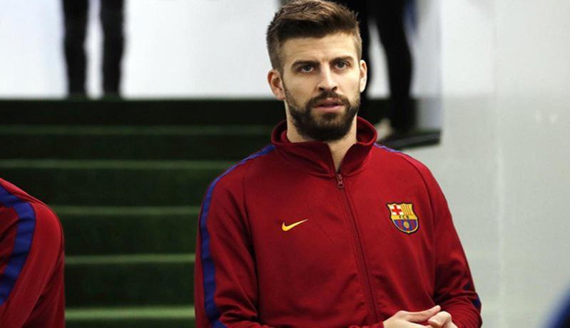 Ikuti Tren, Gerard Pique Naik Sepeda ke Stadion Camp Nou