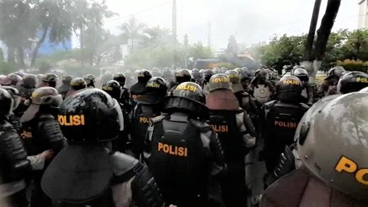 Usai Kawal Aksi Tolak RUU HIP, Ratusan Polisi Disemprot Disinfektan