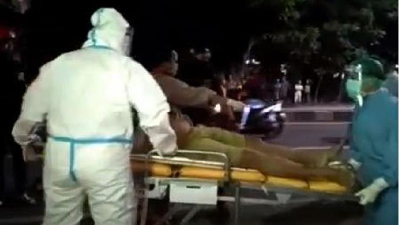 Sopir Truk di Sidoarjo Tewas Mendadak, Petugas Evakuasi Pakai APD Lengkap