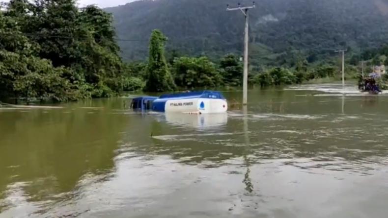 Nekat Terabas Air, Truk Bantuan Solar di Konawe Utara Kandas di Tengah Banjir