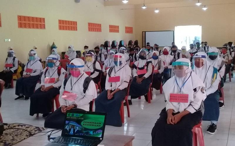 Para Siswa Baru Ini Masuk Kelas Hanya 3 Jam untuk Pengenalan Sekolah