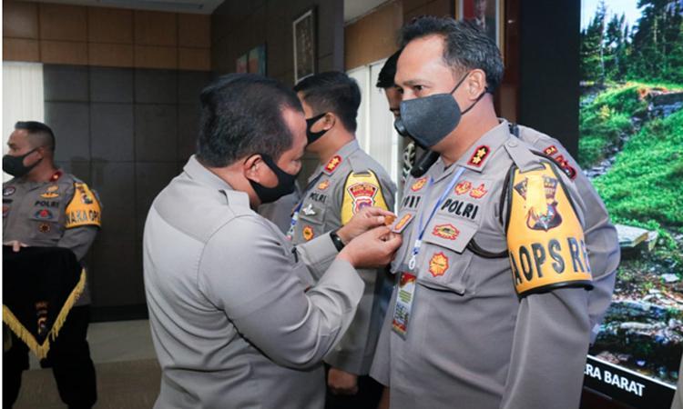 Bangun Zona Integritas Terbaik, Kapolres Payakumbuh AKBP Dony Setiawan Terima Pin Emas