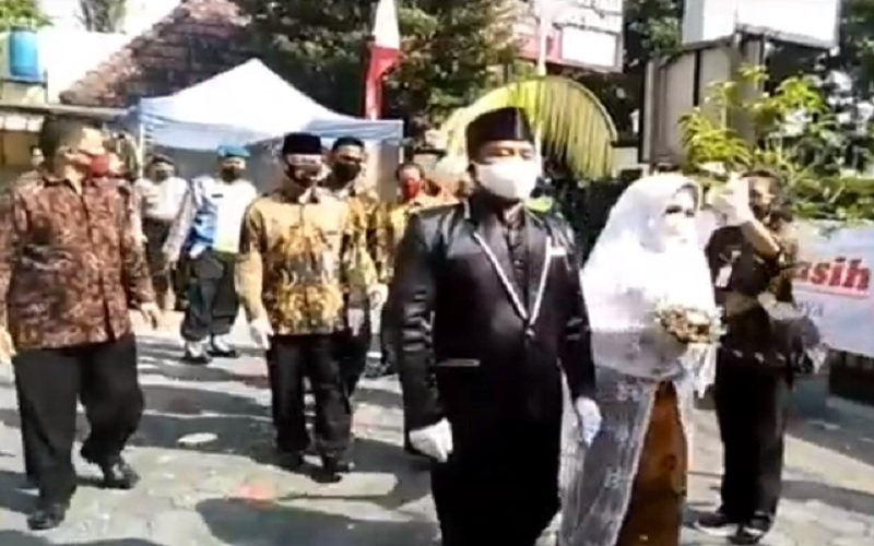 Pasangan yang Viral karena Tinggal di Gudang Kosong Akhirnya Menikah secara Sah