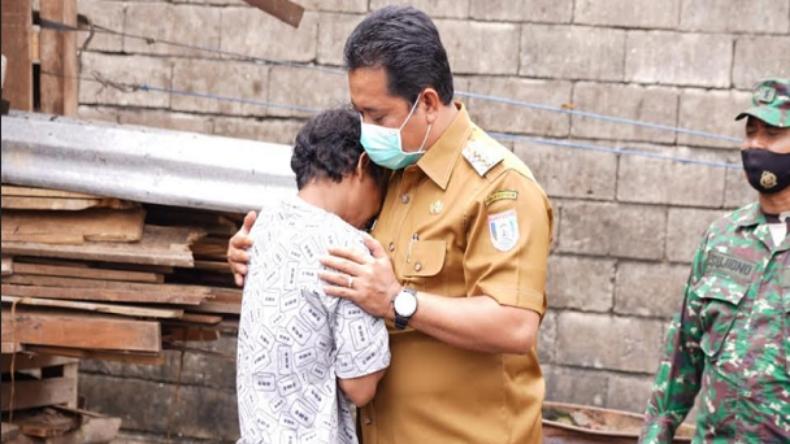 Rumahnya Habis Terbakar, Warga Banyuasin Nangis di Pelukan Bupati