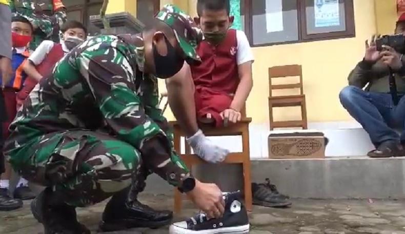Hari Anak Nasional, Ratusan Siswa SD di Bali Dapat Kado Sepatu Baru