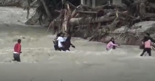 Isu Air Naik, Warga Luwu Utara Berlarian Seberangi Sungai Takut Banjir Bandang Susulan