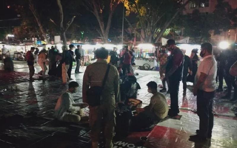 Asyik Nongkrong Malam Minggu, Warga di Alun-Alun Bekasi Dibubarkan Petugas
