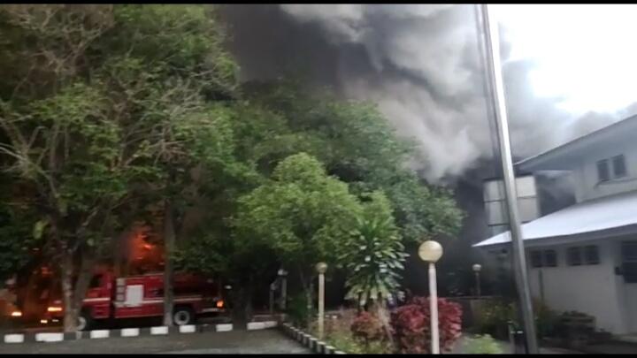 Kantor Dinkes Sulsel Terbakar, Lebih dari 10 Mobil Damkar Diterjunkan