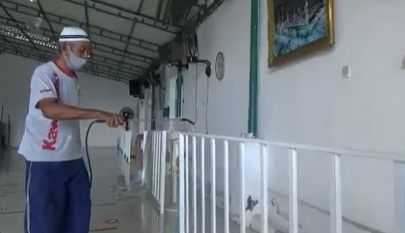 Masjid di Bali Disemprot Disinfektan Sebelum Gelar Salat Idul Adha