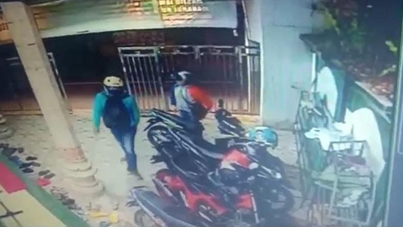 Sepasang Maling Beraksi di Masjid Kota Malang, Kurang dari 1 Menit Motor Raib