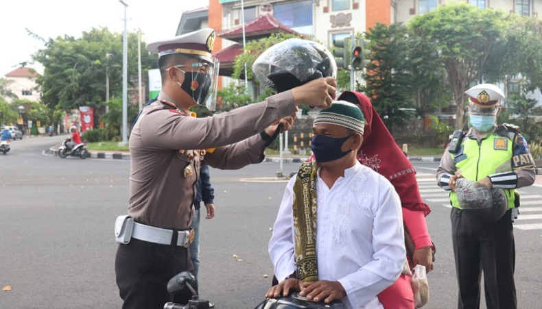 Pulang Salat Idul Adha, Warga Denpasar Bali Dapat Helm Gratis