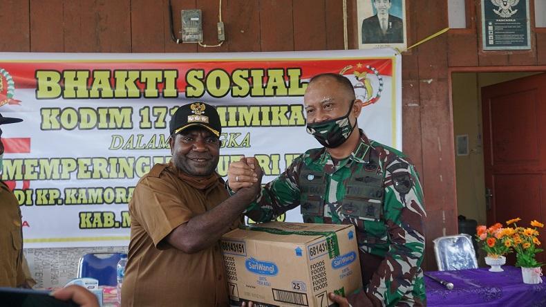 Kodim 1710/Mimika Bagikan Sembako kepada Warga Kampung Kamora yang Dilanda Banjir
