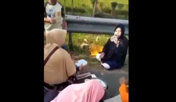 Viral, Satu Keluarga Asyik Makan di Bahu Jalan Tol Cipali