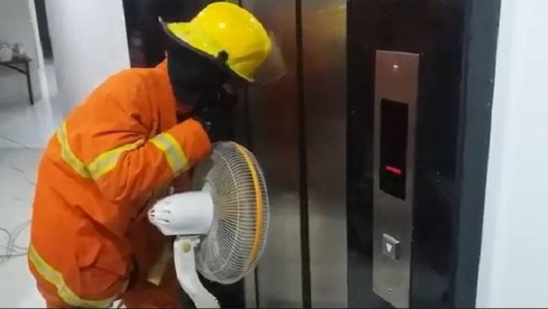 Perempuan di Surabaya Terjebak dalam Lift Rumah, Petugas Pemadam Kebakaran dan Teknisi Dikerahkan