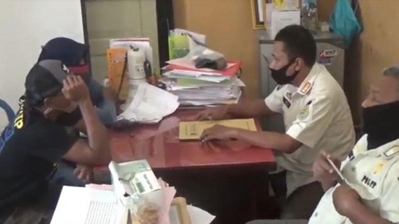 Guru Diamankan Satpol PP Probolinggo di Taman, Diduga Mesum dengan Pria Beristri