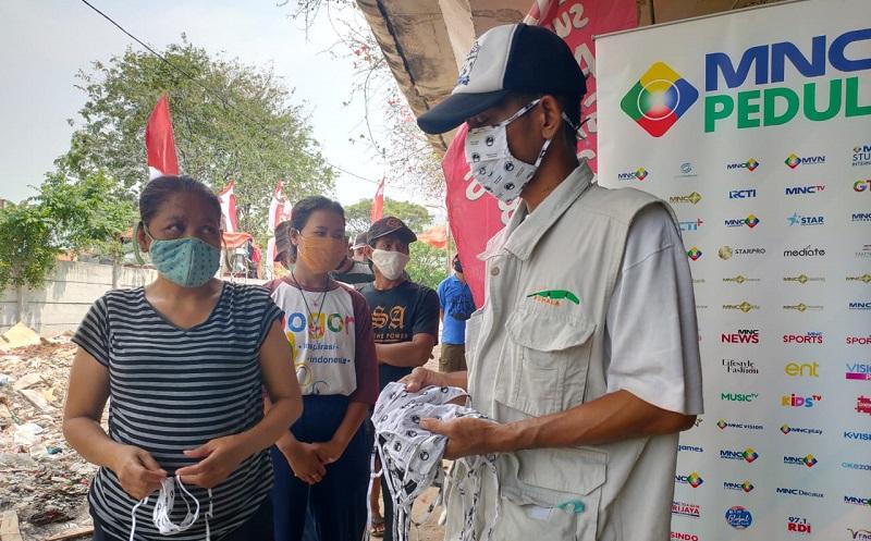 MNC Peduli Bagikan Masker dan Makanan untuk Warga Kolong Tol Papanggo