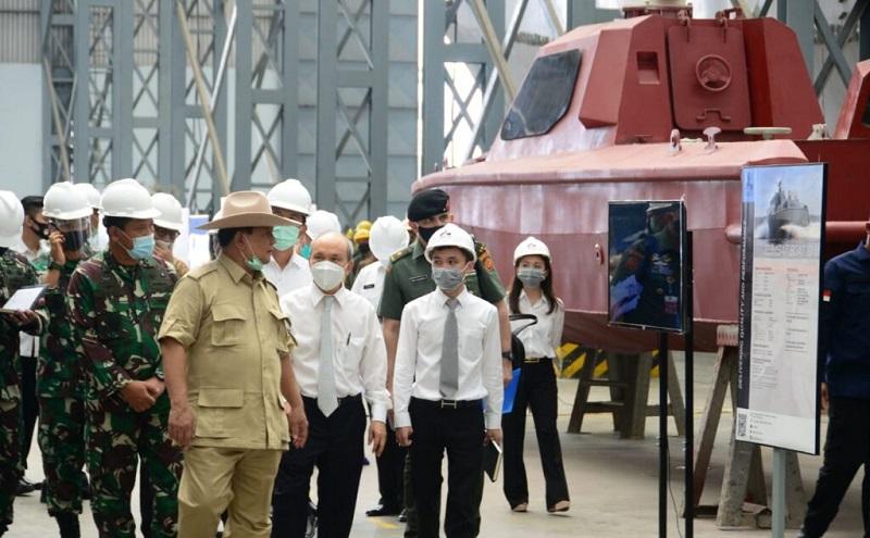Potret Prabowo saat Kunjungi Pabrik Pembuatan Alutsista di Bekasi