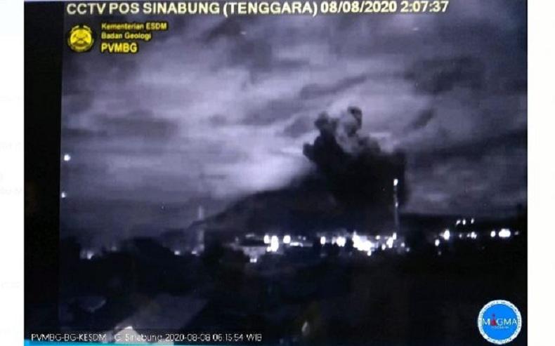 Gunung Sinabung Erupsi Semburkan Kolom Abu Setinggi 2.000 Meter