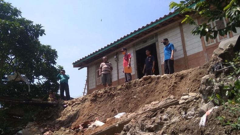 Hujan Deras di Musim Kemarau, Rumah Warga Rusak Parah Terkena Longsor di Rembang