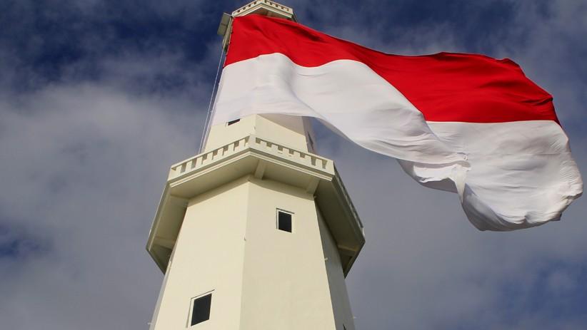 Bendera Merah Putih Raksasa Berkibar di Puncak Menara Suar Kupang