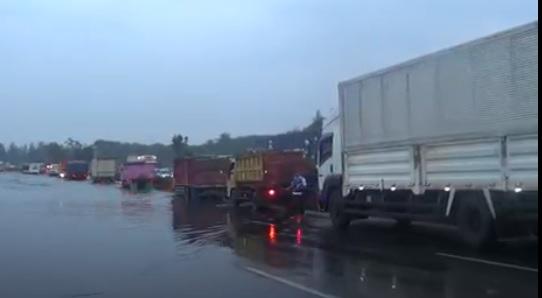 Tol Padaleunyi Bandung Macet 4 Km akibat Banjir, Arus Lalu Lintas Dialihkan