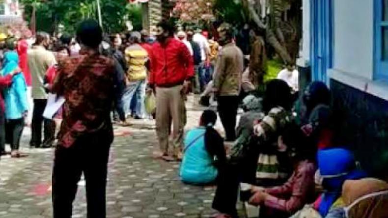 Miris, Warga Daftar Bansos di Solo Desak-Desakan Abaikan Protokol Kesehatan