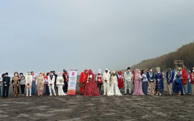 Unik, 11 Pasang Pengantin Nikah Bareng di Pantai Bantul