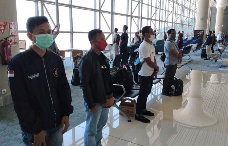 Momen Penumpang di Bandara YIA Berdiri Tegak Peringati Detik-Detik Proklamasi