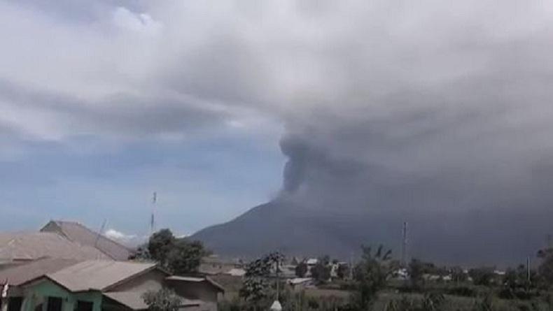 Gunung Sinabung Kembali Erupsi, Tremor Terus Menerus dan Muntahkan Abu Vulkanis