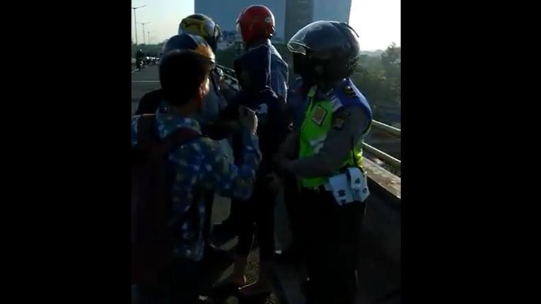 Perempuan Coba Bunuh Diri Lompat dari Jembatan Layang Pasar Rebo Berhasil Digagalkan