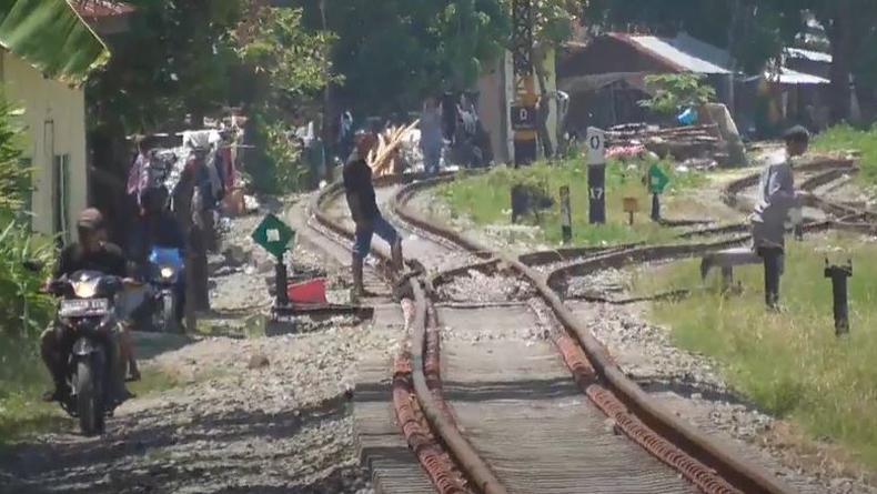 Ditabrak Kereta hingga Terpental Masuk Parit, Pria 50 Tahun di Medan Ini Selamat