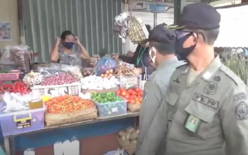 Pedagang Pasar Kreneng Denpasar Buru-Buru Pakai Masker saat Lihat Satpol PP Keliling