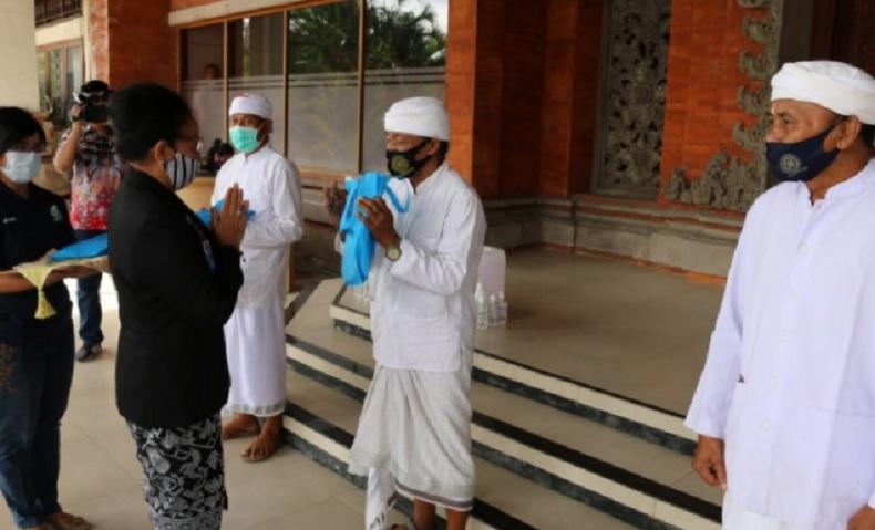 Ribuan Botol Hand Sanitizer Produksi Universitas Udayana Dibagikan ke Desa-Desa di Bali