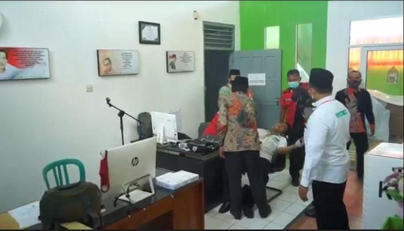 Tiba di KPU Blitar, Tim Paslon Henry-Yasin Pingsan saat Bawa Berkas