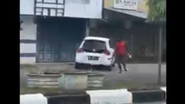 Orang dengan Gangguan Jiwa Mengamuk di Lhokseumawe, 2 Mobil Rusak Parah