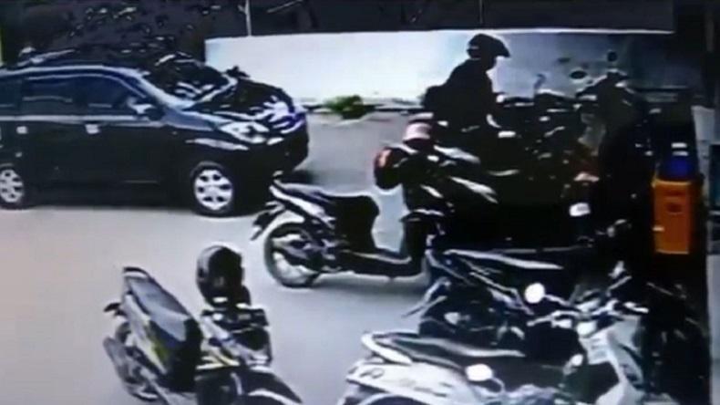 2 Maling Motor Gagal Beraksi di Serang, Terekam CCTV Minimarket