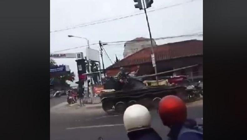 POM TNI AD Selidiki Tank yang Tabrak Motor dan Gerobak di Bandung