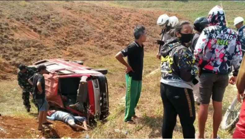 Minibus Terguling di Proyek Tol Cisumdawu, 2 Orang Tewas