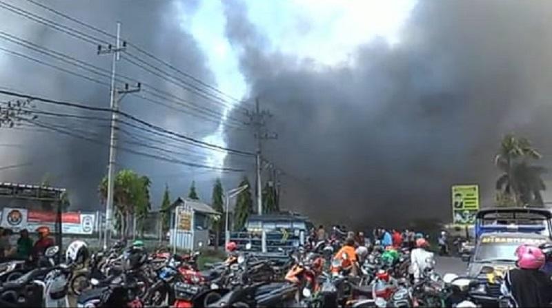Pabrik Sparepart Motor di Lamongan Terbakar Hebat, PMK Kesulitan Padamkan Api