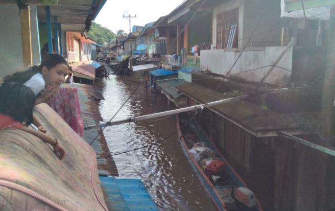 Debit Air Meninggi, Banjir di Melawi Rendam Ribuan Rumah dan Aliran Listrik Terputus