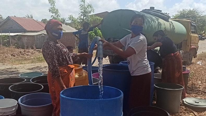 Warga Lombok Timur Kekeringan, Forum Wartawan Salurkan 12 Tangki Air Bersih