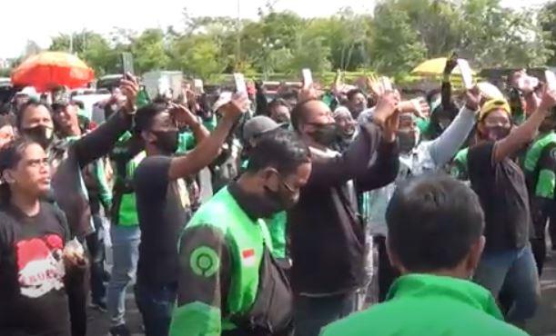 Sepi Penumpang, Ratusan Pengemudi Ojol Kepung Kantor Gubernur Jatim