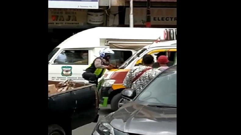 Viral, Polisi Naiki Kaca Depan Mobil Angkot karena Nyaris Ditabrak di Pematangsiantar