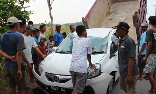 Mobil Perampok Terbalik usai Diberondong Peluru Polisi di Grobogan
