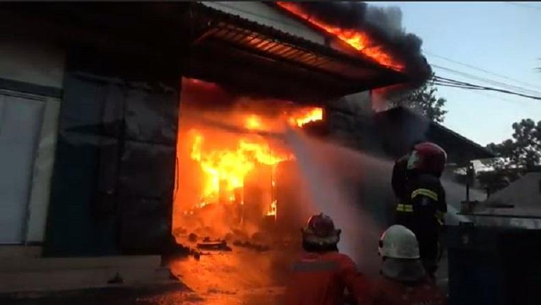 Gudang Mesin Jahit di Surabaya Terbakar, 3 Petugas Pemadam Luka-Luka