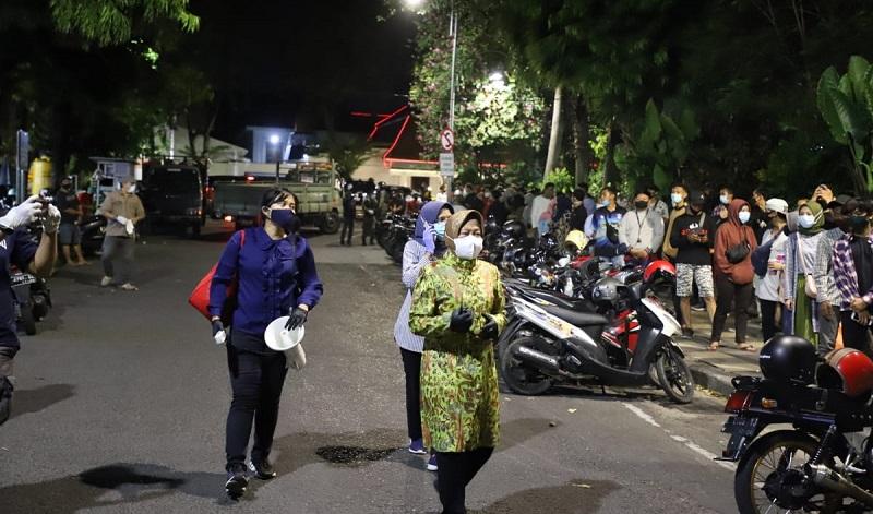 Datangi Kerumunan di Taman Apsari, Risma Paksa Puluhan Pemuda Rapid Test