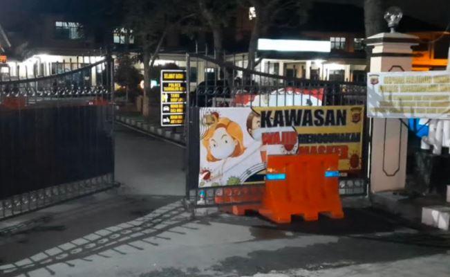 Teriak Besok Kiamat, Pengendara Mobil Ini Tabrak Gerbang Polresta Tasikmalaya