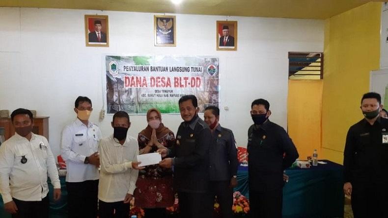 Wabup Kapuas Hulu Serahkan BLT Dana Desa di Daerah Perbatasan RI-Malaysia