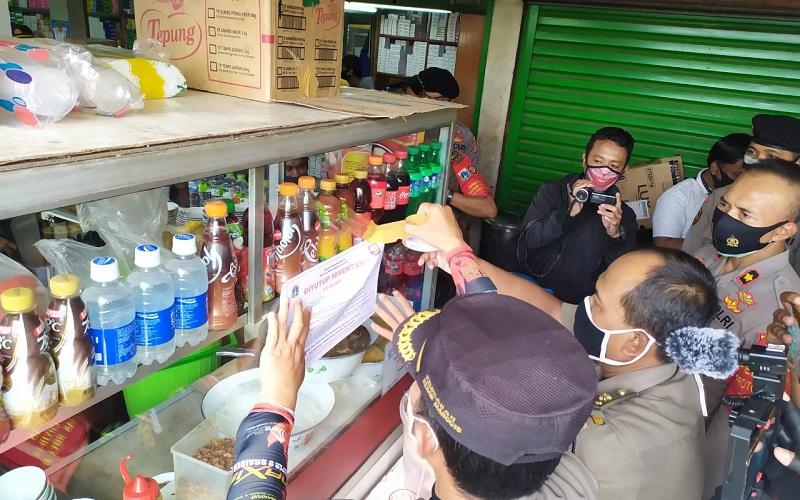 Langgar PSBB, 2 Toko Obat dan 2 Rumah Makan di Pasar Pramuka Ditutup